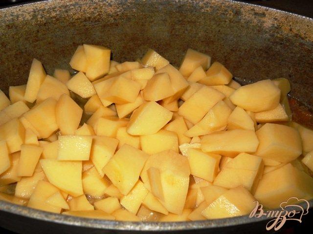 Фото приготовление рецепта: Ароматный картофель с мясом и зеленью шаг №2