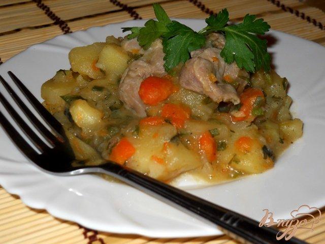 Фото приготовление рецепта: Ароматный картофель с мясом и зеленью шаг №4