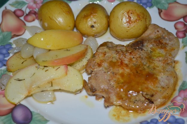 Рецепт Свиные отбивные с яблоками и луком