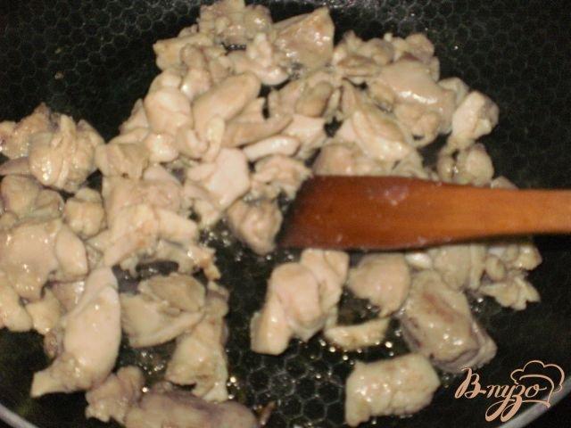 Фото приготовление рецепта: Киш с курицей и грибами шаг №2
