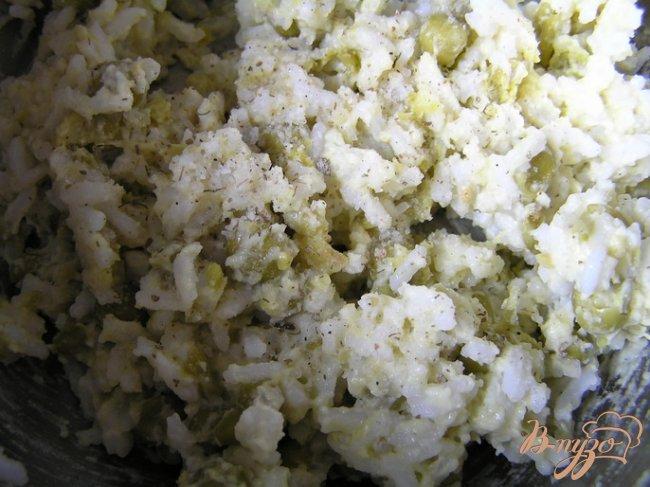 Фото приготовление рецепта: Рисовые котлетки с зеленым горошком шаг №3
