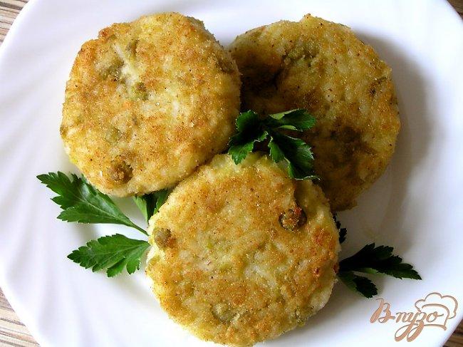 Фото приготовление рецепта: Рисовые котлетки с зеленым горошком шаг №6