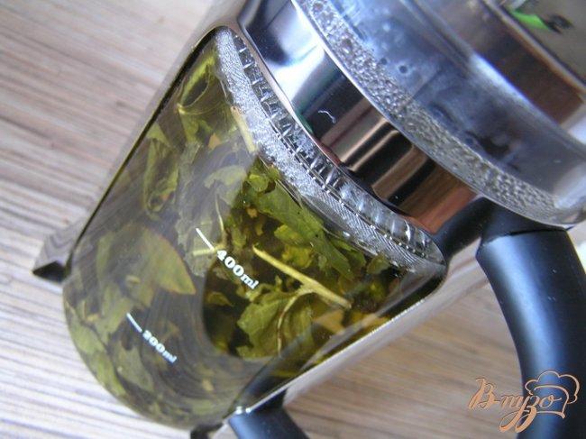 Фото приготовление рецепта: Хлеб с зеленым чаем и финиками шаг №1