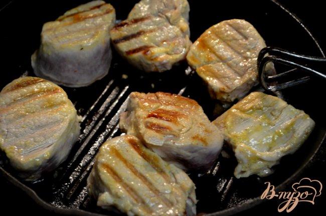 Фото приготовление рецепта: Свиные медальоны в маринаде шаг №3