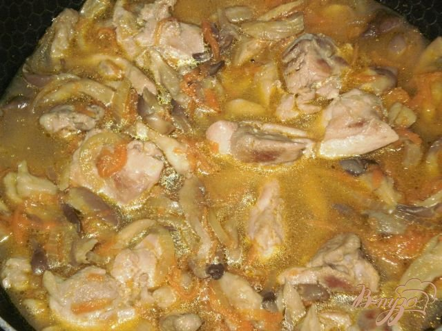 Фото приготовление рецепта: Курица тушеная с овощами и грибами шаг №7