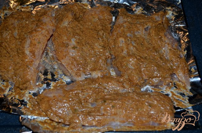Фото приготовление рецепта: Пряные куриные грудки в майонезе шаг №3