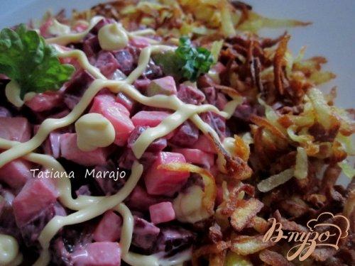 Свекольный салат с картофельной соломкой