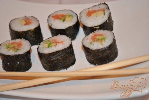 Суши роллы с лососем и авокадо