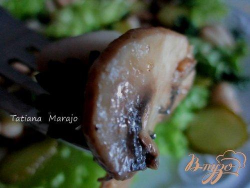 Салат с жареными грибами и белой фасолью