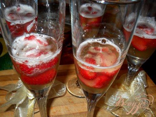 Желе из шампанского с клубникой