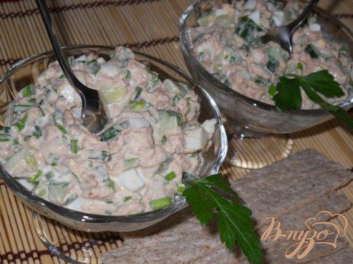 Весенний салат с тунцом, огурцами и яйцом