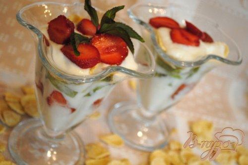 Йогуртовый десерт с клубникой и киви