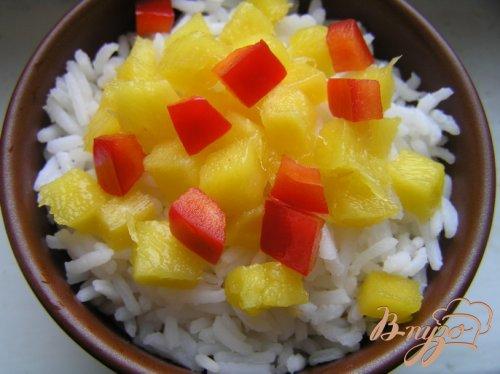 Салат с рисом, манго и креветками