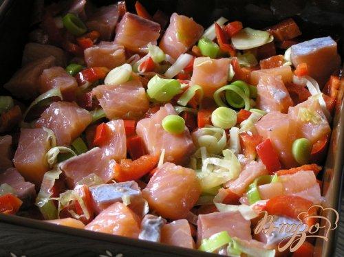 Фриттата с лососем, сладким перцем и луком-пореем