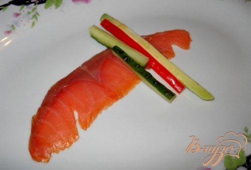 Закусочные рулетики из лосося с овощами