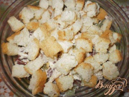Салат из курицы с фасолью и сухариками