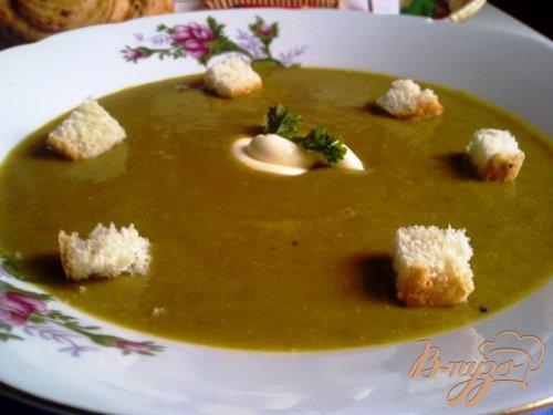 Суп-пюре из чечевицы с крутонами.