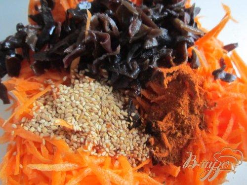 Морковный салат с черными грибами