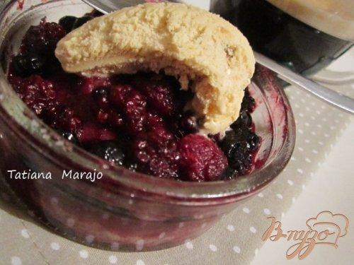 Теплый десерт с ягодами