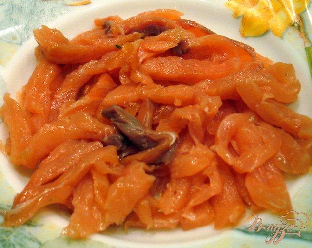 Фото приготовление рецепта: Салат из сёмги холодного копчения шаг №6