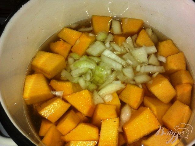 Фото приготовление рецепта: Суп-пюре из тыквы с сельдереем. шаг №3