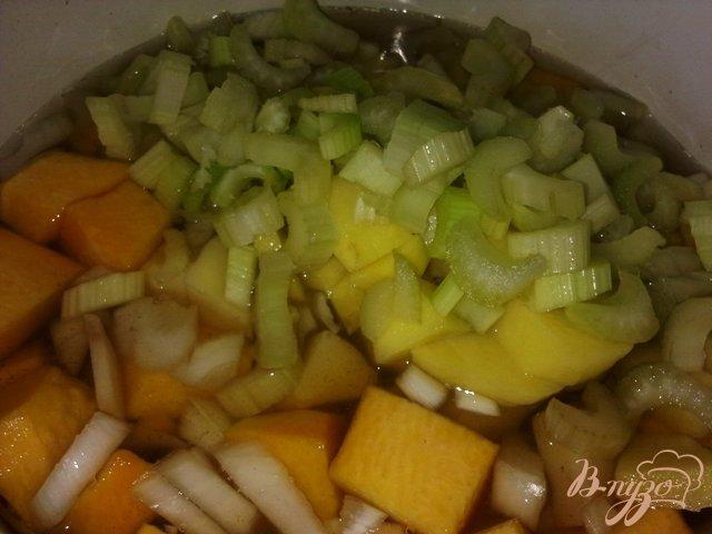 Фото приготовление рецепта: Суп-пюре из тыквы с сельдереем. шаг №6