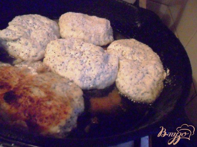 Фото приготовление рецепта: Маковые сырники с банановым соусом шаг №3