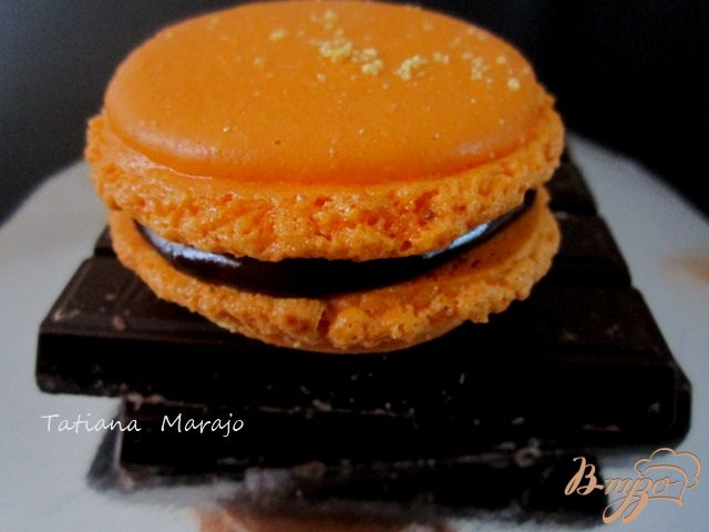 Фото приготовление рецепта: Апельсиновые макарон с шоколадным ганашем шаг №11