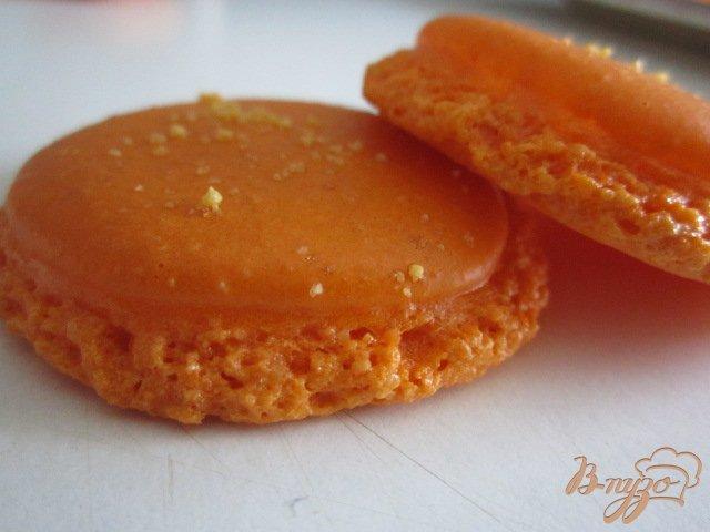Фото приготовление рецепта: Апельсиновые макарон с шоколадным ганашем шаг №7