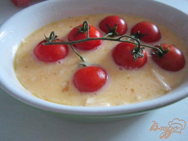 Фото приготовление рецепта: Сырный омлет с томатами шаг №4