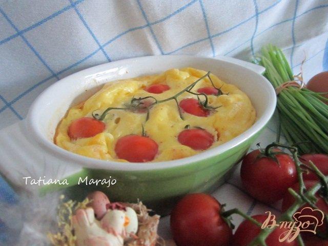 Фото приготовление рецепта: Сырный омлет с томатами шаг №6