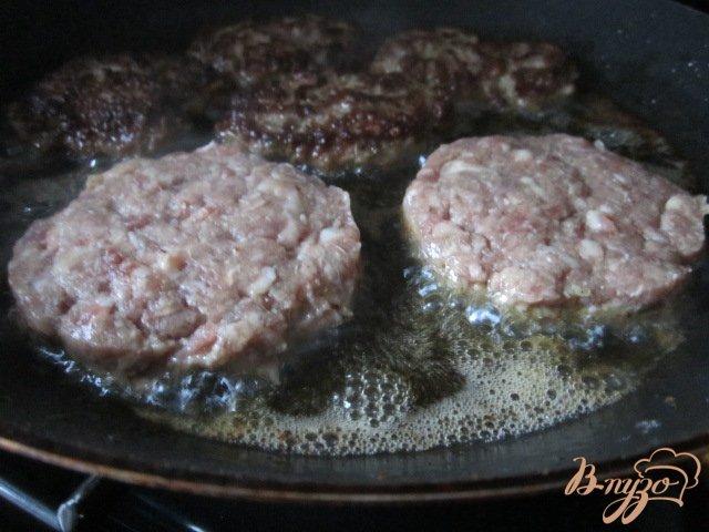 Фото приготовление рецепта: Котлетки с овощным соусом шаг №2