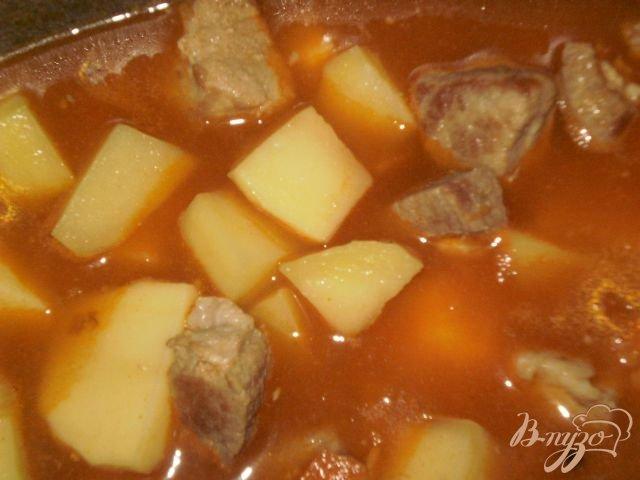 Фото приготовление рецепта: Жаркое из свинины с картофелем шаг №7