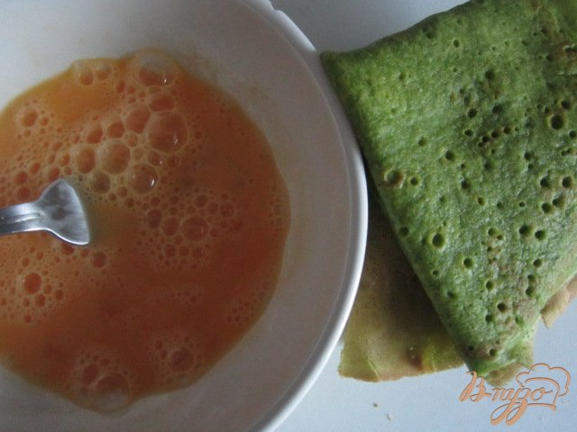 Фото приготовление рецепта: Шпинатные  блины с гусиным паштетом шаг №9