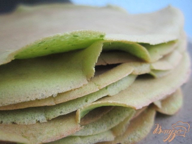 Фото приготовление рецепта: Шпинатные  блины с гусиным паштетом шаг №7