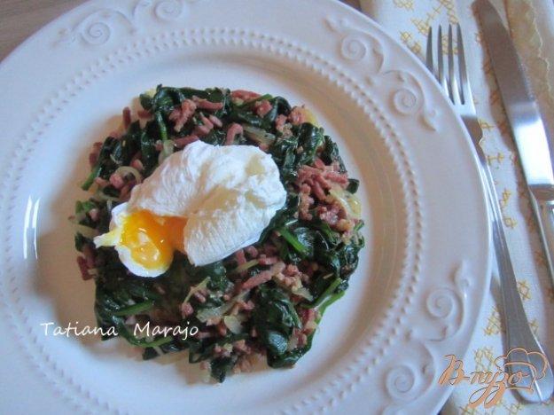 Рецепт Теплый салат из шпината с беконом и яйцом пашот