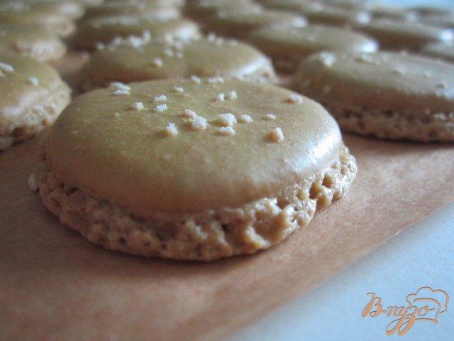 Фото приготовление рецепта: Карамельные макарон (Les macarons) шаг №6