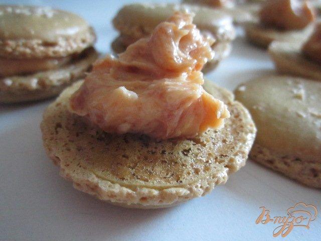Фото приготовление рецепта: Карамельные макарон (Les macarons) шаг №8