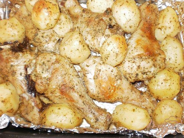 Фото приготовление рецепта: Куриные голени запеченные с картофелем шаг №5