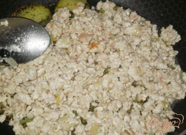 Фото приготовление рецепта: Запеканка из фарша с картофелем шаг №4