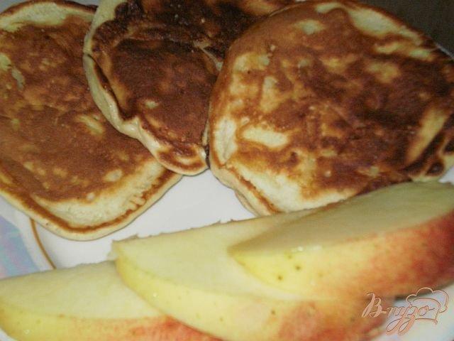 Фото приготовление рецепта: Творожно-яблочные оладьи шаг №5