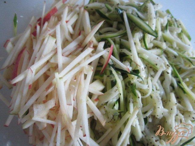 Фото приготовление рецепта: Салат из цукини с яблоком шаг №4