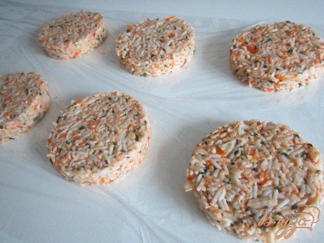 Фото приготовление рецепта: Рисовые котлетки с сурими шаг №4
