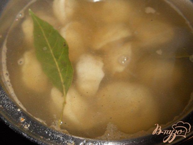 Фото приготовление рецепта: Пельменевый суп шаг №3