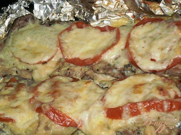Рецепт Мясо запеченное с сыром и помидорами в фольге
