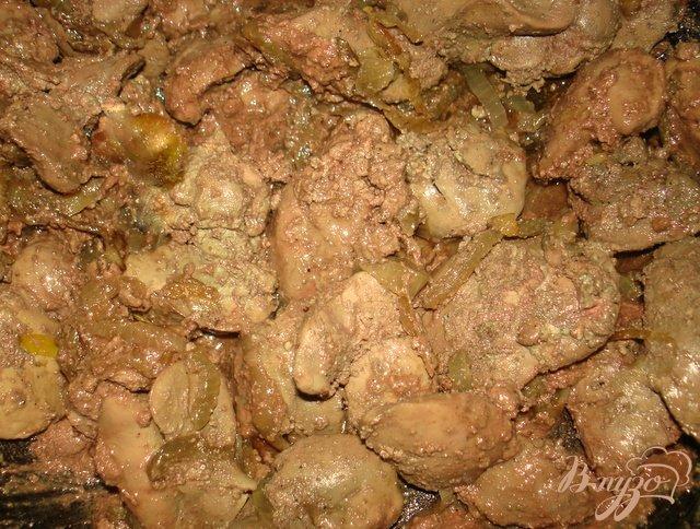 Фото приготовление рецепта: Печень с яблоками и луком шаг №4