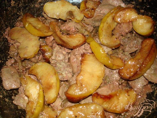 Фото приготовление рецепта: Печень с яблоками и луком шаг №5
