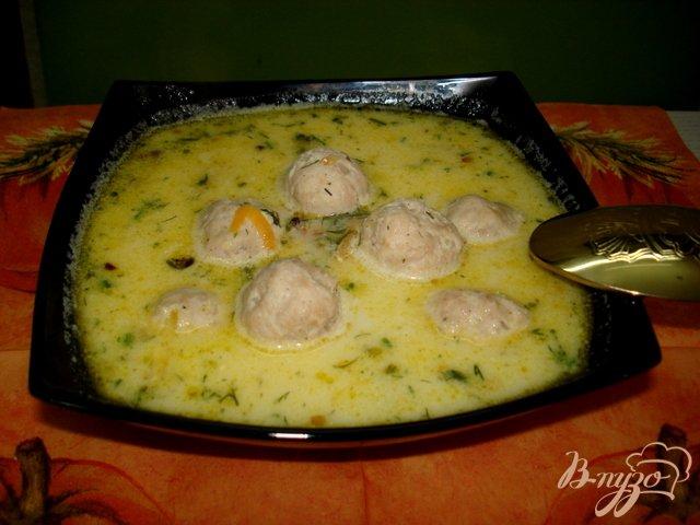 Фото приготовление рецепта: Суп с фрикадельками и сыром шаг №6
