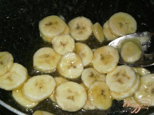 Фото приготовление рецепта: Рулет с бананами в карамели шаг №3