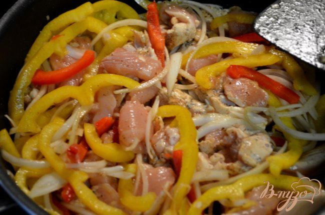 Фото приготовление рецепта: Легкий рецепт куриного фахитас шаг №2